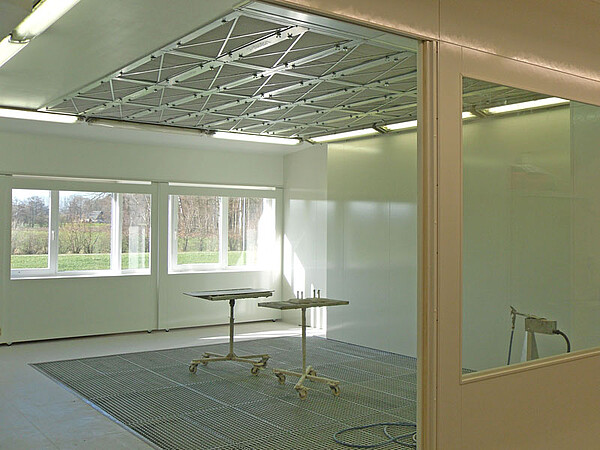 Painting room with underfloor extraction and supply air ceiling
